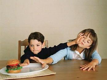 Жадный ребенок – временное явление или повод для волнения?