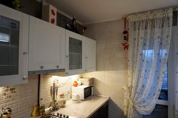 """Кухня: обои металлик, плитка """"под кирпич"""" и шторы с вышивкой"""