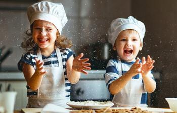 Не мешают, а помогают: чем занять детей на кухне