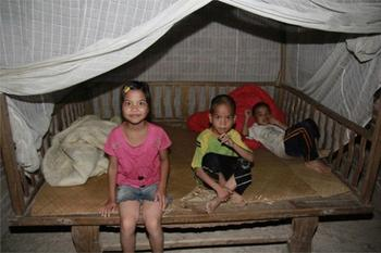 И за папу, и за маму: 10-летняя девочка воспитывает двух младших братьев