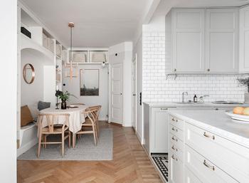 Милая квартира со стеклянной перегородкой и красивой столовой зоной в Стокгольме