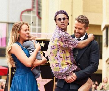 Парень продолжает добавлять себя на фотографии знаменитостей, и мы не можем перестать смеяться