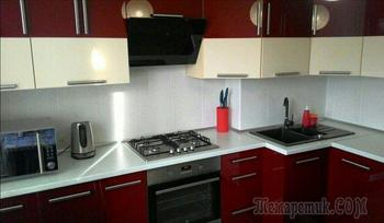 Винно-молочный гарнитур нестандартной формы на кухне