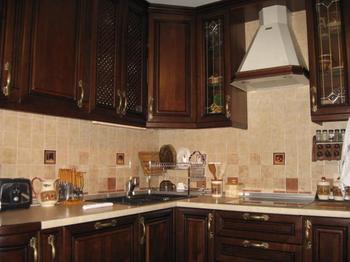 Кухня: уютная классика темного дерева