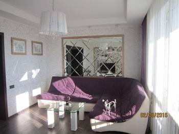 Гостиная: серебряно-золотые стены, зеркальные панно и колонна