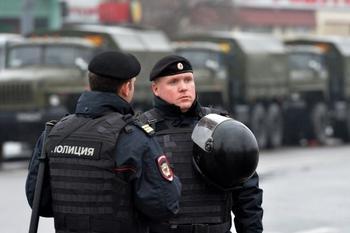 Путин поручил поднять зарплаты силовикам выше инфляции