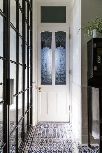 Пальма в гостиной и стильная плитка: эклектичные апартаменты в пригороде Нью-Йорка