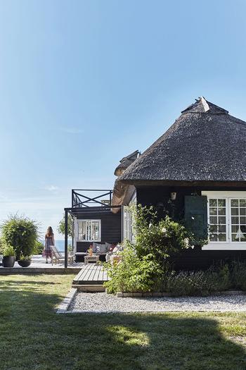 Традиционный датский дом с соломенной крышей прямо на берегу моря