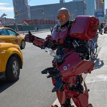 Художник превращается в роботов, созданных им из мусора