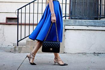 Синяя юбка — незаменимая деталь для настоящей модницы