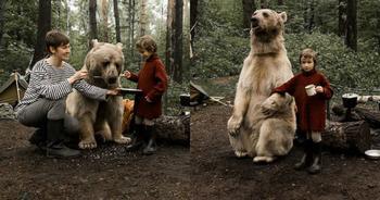 Русская семья подружилась с медведем в лесу для антиохотничьей кампании