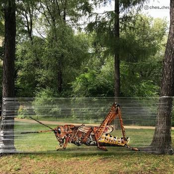 Московский художник рисует граффити прямо среди деревьев