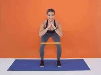 10 лучших упражнений для ягодиц с фитнес-резинкой для занятий дома