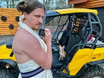 Парикмахер, сидящая на карантине, поддерживает свои навыки, каждый день делая новую причёску своему парню