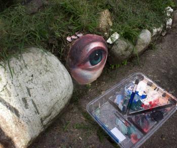 Художница собирает камни, рисует на них глаза и возвращает обратно в природу