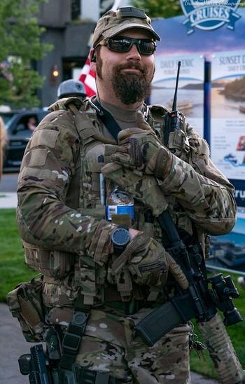 Белые американцы с оружием в руках берут контроль над улицами