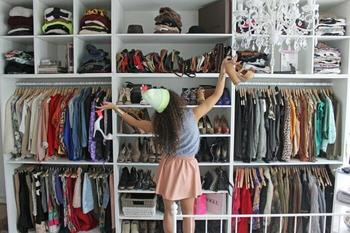 Почему у вещей остается запах «шкафа», и как его устранить