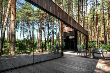 Современный гостевой дом с панорамным остеклением в Полтавской области Украины