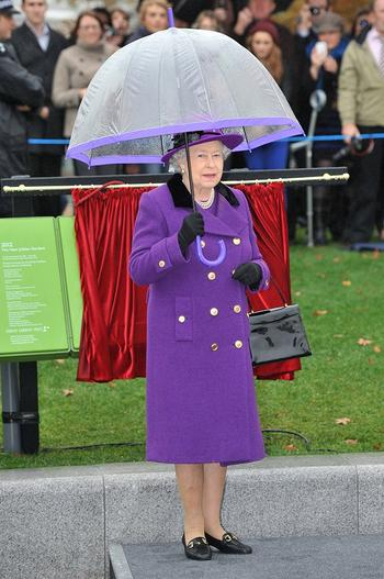 Вот для чего королева Англии всегда носит сумочку