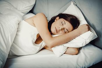 Прими теплую ванну, съешь яйцо и еще 7 лайфхаков, которые помогут заснуть в жару