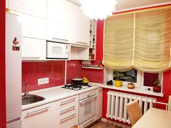 Белоснежная кухня на ярком фоне