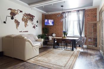Интерьер с кирпичной стеной и дубовой мебелью в сталинке у Смольного (Петербург)