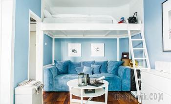 Шведская студия 27 м² с синим диваном и чердаком