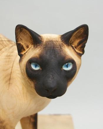 Художник вырезает невероятно реалистичные скульптуры домашних животных из массивных стволов дерева