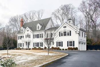 Атмосфера городского жилья в загородном доме в США