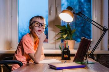 Как правильно устроить освещение в комнате школьника?