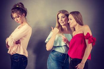 5 признаков, что рядом — не подруга, а злопыхательница, которая тайно вам завидует