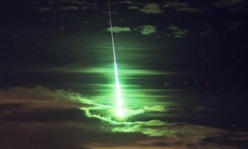 Вопрос на засыпку: почему метеориты окрашиваются в зелёный цвет?