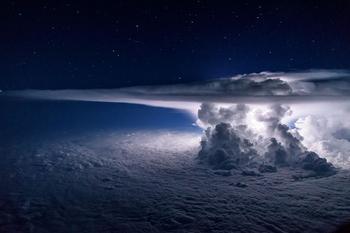 Над крылом самолёта – бури, грозы и облака в снимках пилота