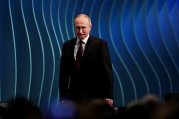 Путин рассказал об избежавшей спада экономике России