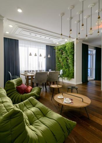 Дизайн светлой квартиры с фитостеной в Новосибирске