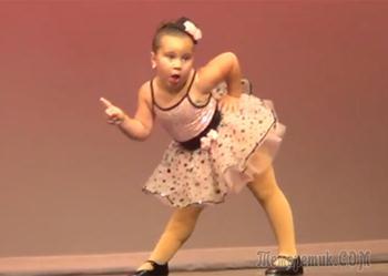 Уморительно, как девочка смешно танцует, зал в восторге