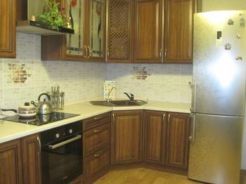 Кухня: имитация дерева и камня в классическом интерьере