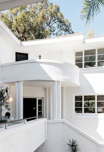 Стильный черно-белый интерьер дома в Австралии