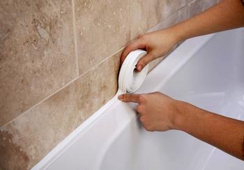 Несколько способов заделки щели между ванной и стеной