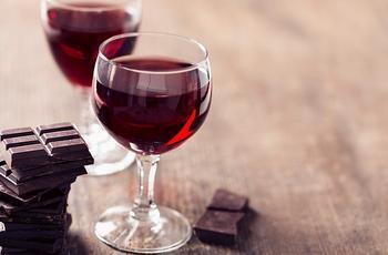 Ученые: Шоколад и красное вино помогают сохранить молодость