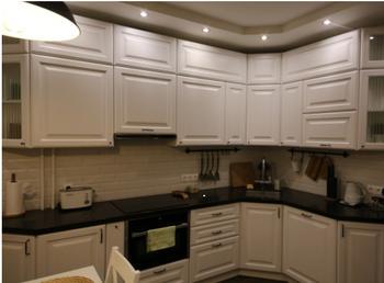 Светлая кухня с эркером