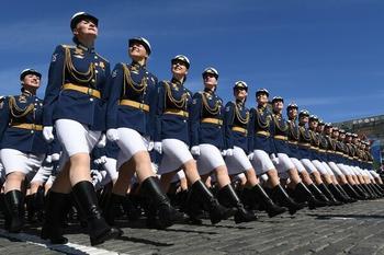 Почему русские солдаты улыбаются во время Парада Победы?