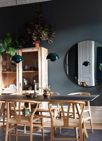 Тёмные акценты и голубая гостиная: стильная и уютная квартира в Стокгольме