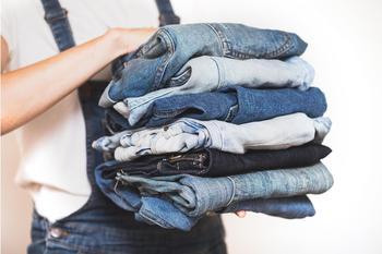Отстирать джинсы и избавить обувь от запаха: 10 неочевидных способов использования холодильника