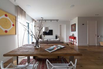 Современная квартира с красной дверью и этническими мотивами