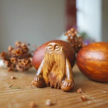 Миниатюрные скульптуры-тотемы из косточек авокадо