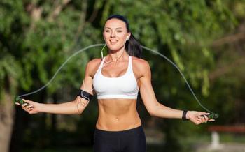 Прыжки на скакалке для похудения живота и боков — польза, результаты