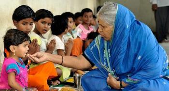 Индианка воспитала 1400 детей-сирот