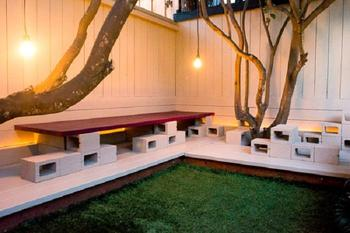 Как оформить двор при помощи обычных шлакоблоков