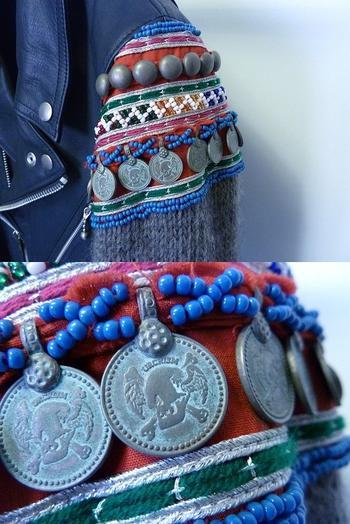 Стильная осенняя одежда с вязаными рукавами